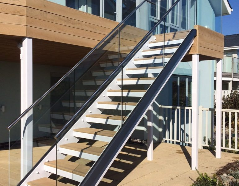 Staircase with heat strengthened glass balustrades